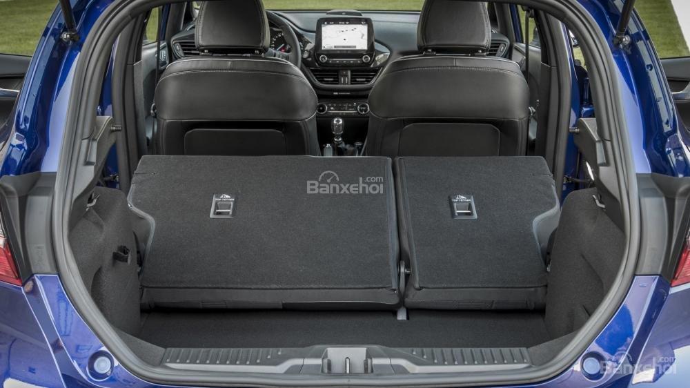 Đánh giá xe Ford Fiesta 2018: Hàng ghế sau có thể gập để tăng dung tích khoang hàng lý a2