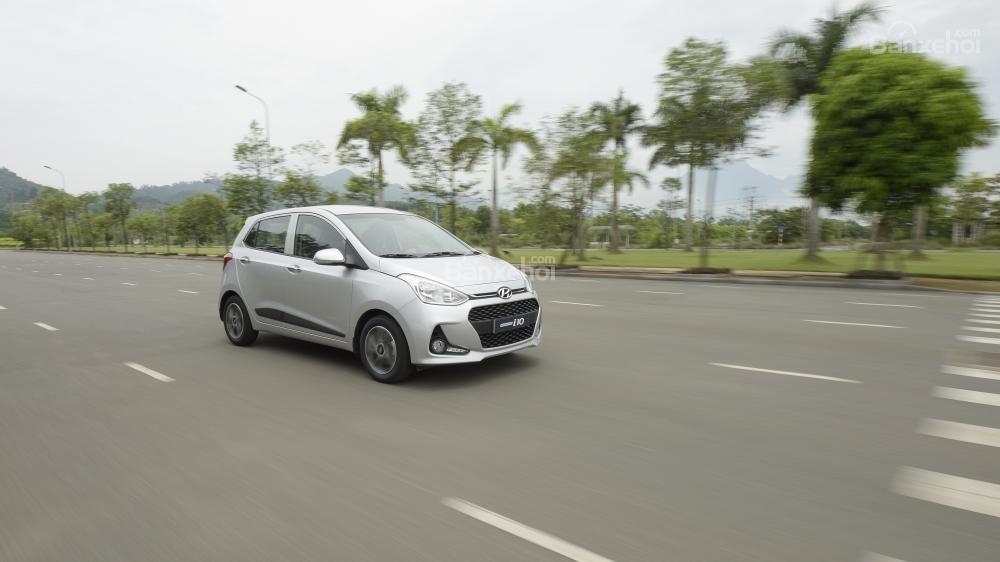 Ảnh chụp Hyundai Grand i10 màu bạc đang chạy trên đường