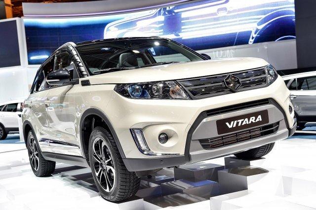 Suzuki Vitara màu trắng chụp từ phía trước a3