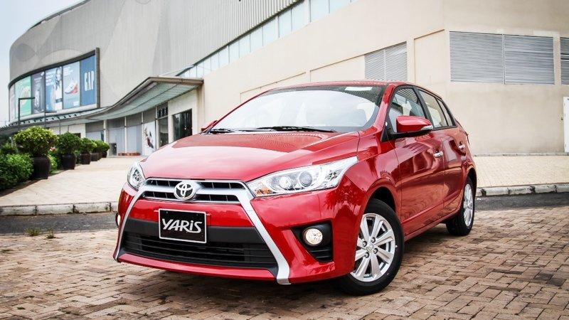 Ảnh chụp Toyota Yaris màu đỏ từ phía trước a2
