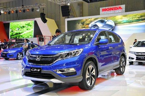 Honda CR-V màu xanh chụp phía trước tại triển lãm a2