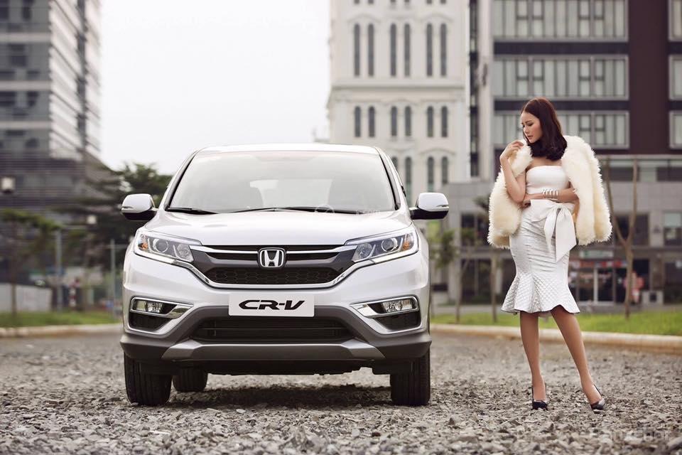 Honda CR-V màu bạc chụp cùng người mẫu từ phía trước a1