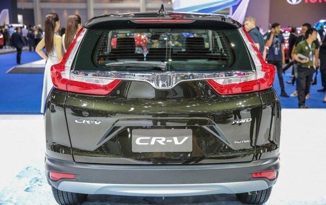 Đánh giá xe Honda CR-V 2018 bản 7 chỗ: Đuôi xe với đèn hậu mới.
