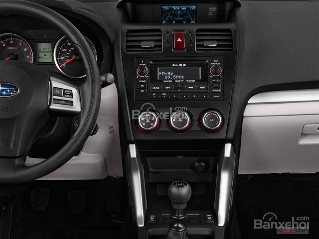 Đánh giá Subaru Forester 2017: Bảng điều khiển trung tâm truyền thống với 3 núm xoay phía dưới màn hình cảm ứng