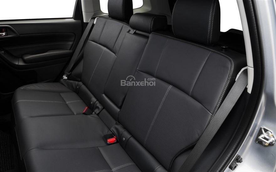 Đánh giá Subaru Forester 2017: Hàng ghế sau có thể gập lại tạo không gian chứa đồ thoải mái