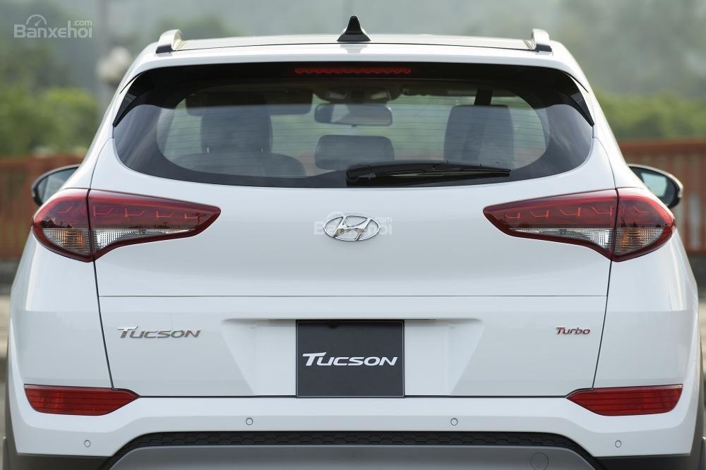 Hình ảnh đuôi xe Hyundai Tucson 2017-2018 mà trắng