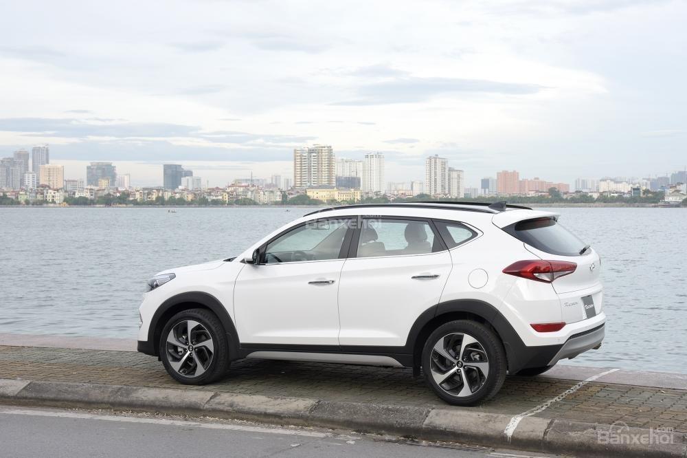 Ảnh chụp thân xe Hyundai Tucson 2017-2018 mà trắng