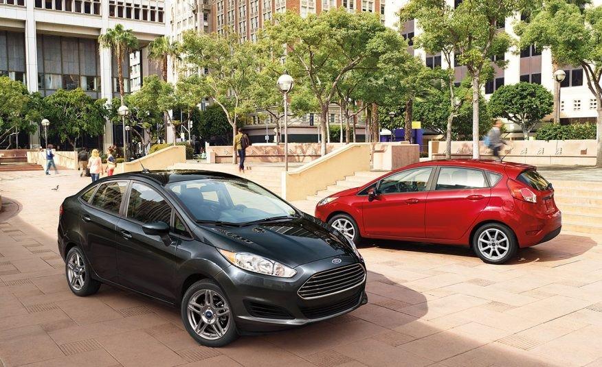 Ảnh chụp bộ đôi Ford Fiesta màu đen và đỏ
