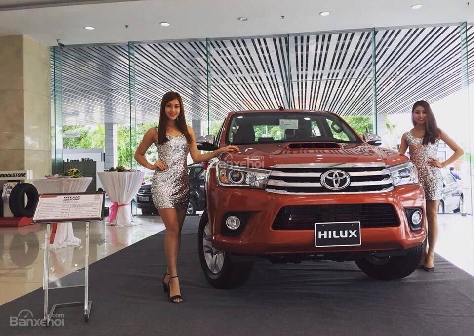 Toyota Hilux màu cam chụp từ phía trước ở đại lý