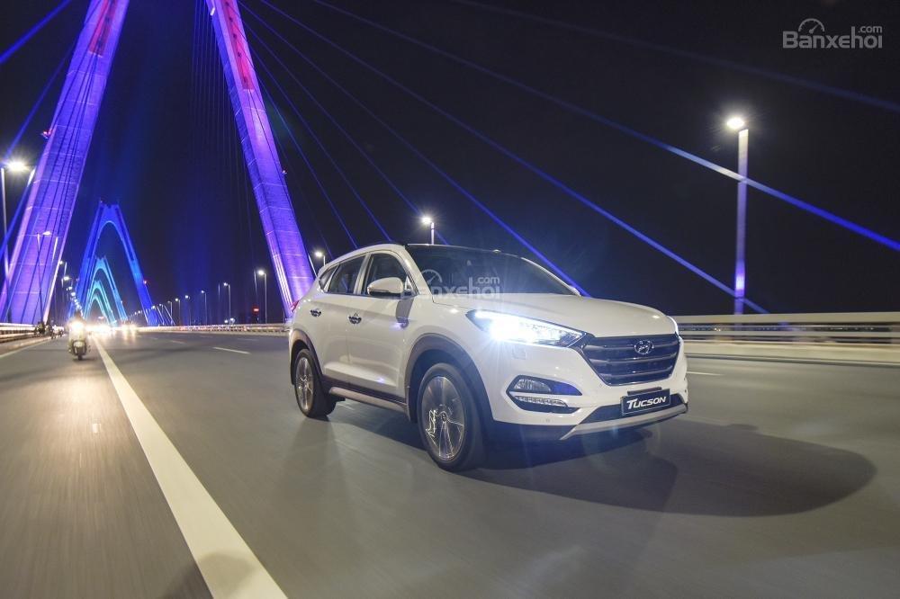 Ảnh chụp Hyundai Tucson 2017 màu trắng từ phía trước