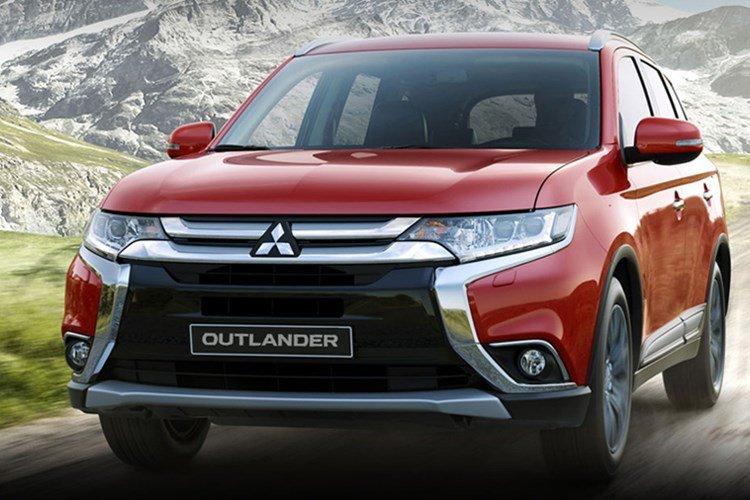 Mitsubishi Outlander màu đỏ chụp từ phía trước