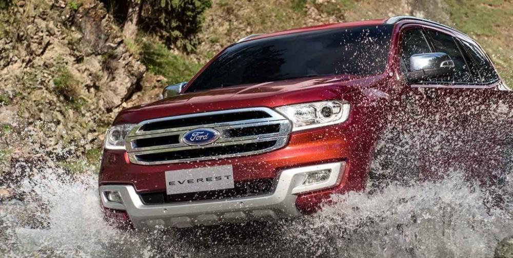 Ford Everest màu đỏ chụp từ phía trước