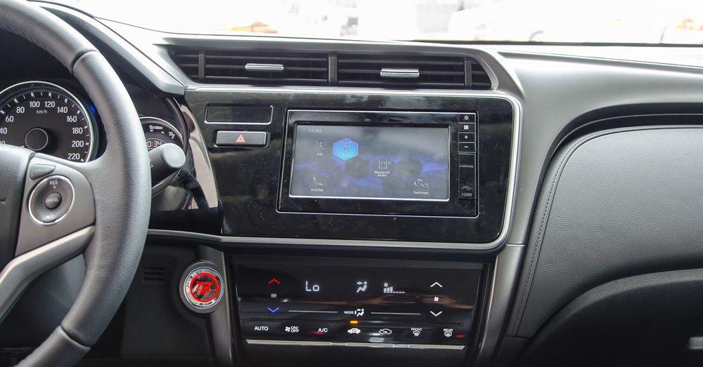 Honda City lại có 8 loa âm thanh, tốt hơn 6 loa của Hyundai Elantra.