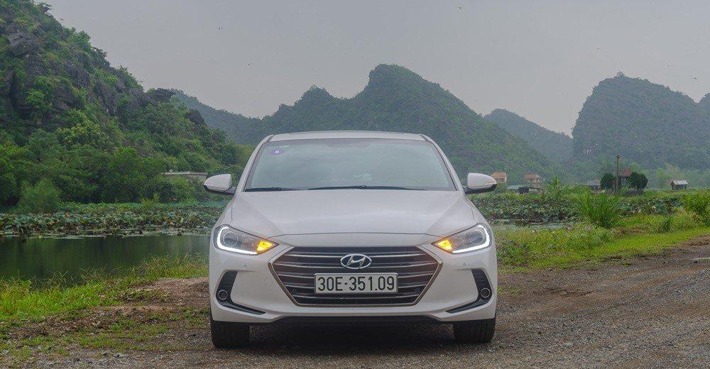 So sánh xe Hyundai Elantra 2017 và Honda City 2017 về đầu xe.