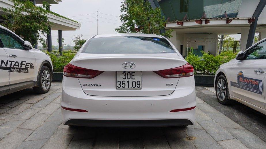 So sánh xe Hyundai Elantra 2016 và Honda City 2017 về đuôi xe 1
