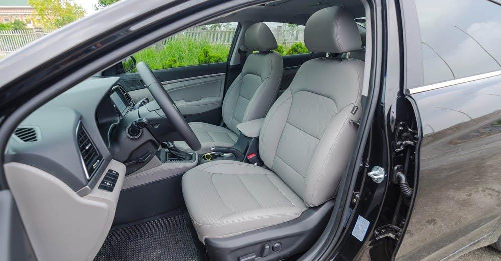 Hyundai Elantra 2016 sở hữu ghế bọc da ăn đứt ghế vải của Honda City.