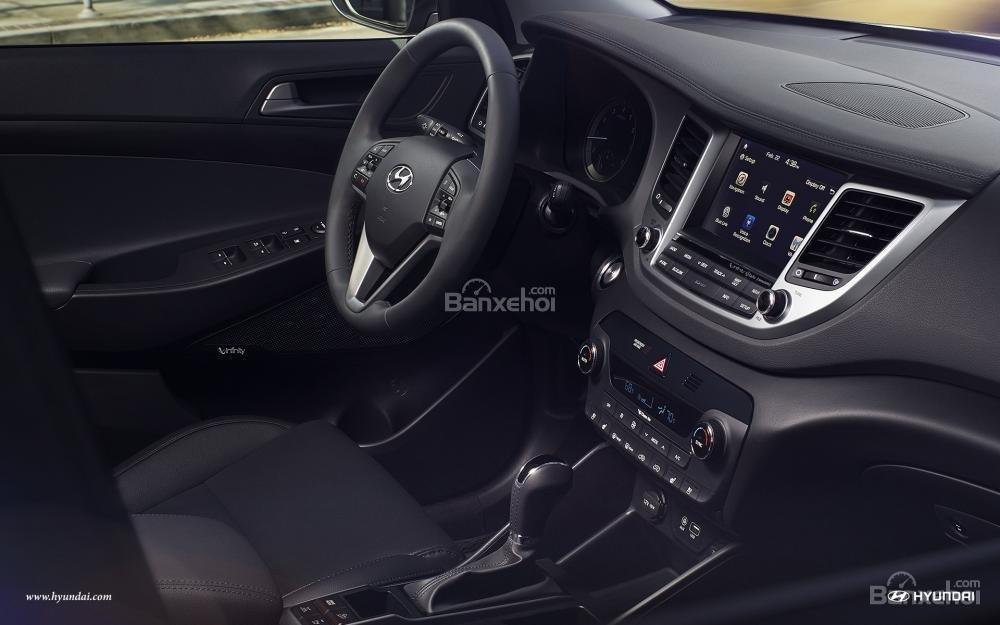 Hyundai Tucson 2017 hoàn toàn dẫn trước CR-V khi sở hữu loạt trang bị tiện ích tốt hơn.