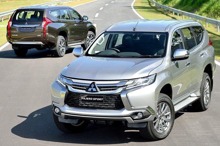 Hình ảnh Mitsubishi Pajero màu bạc chụp từ phía trước