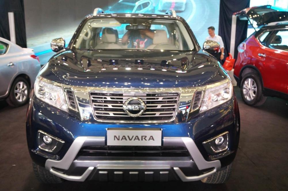 Hình ảnh chụp chính diện đầu xe Nissan Navara 2017 mà xanh