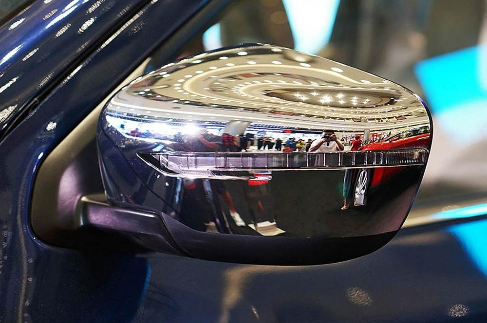 Ảnh chụp gương chiếu hậu Nissan Navara 2017