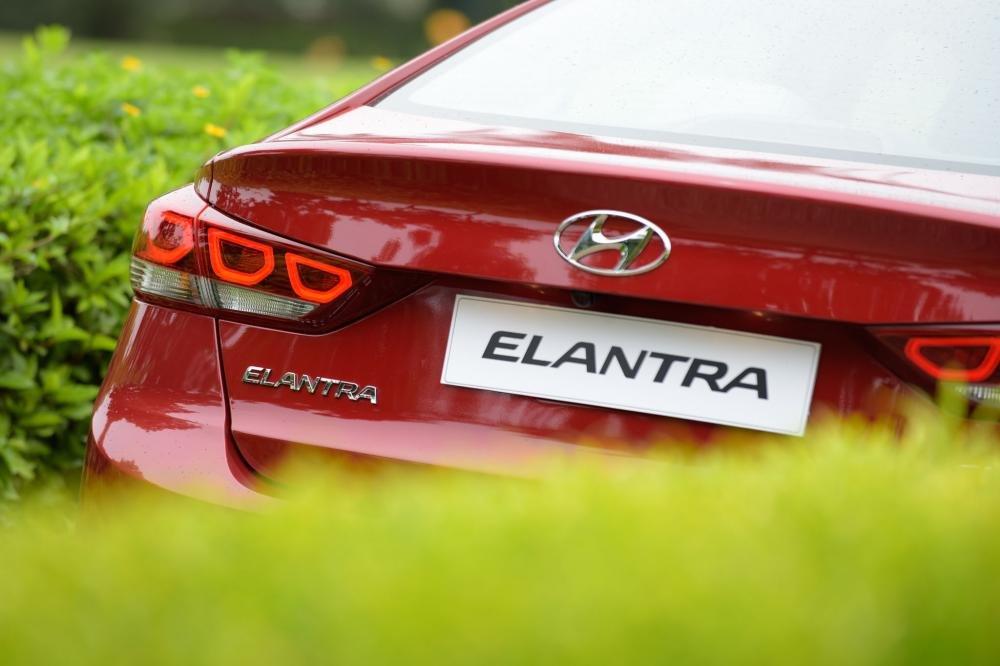 Hình ảnh đuôi xe Hyundai Elantra 2017 đỏ