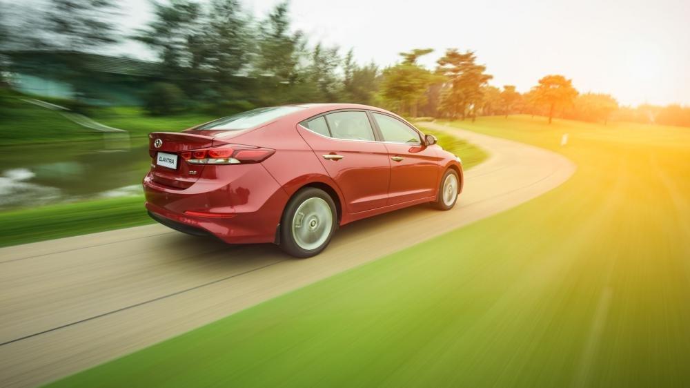 Hình ảnh đuôi xe Hyundai Elantra 2017 màu đỏ