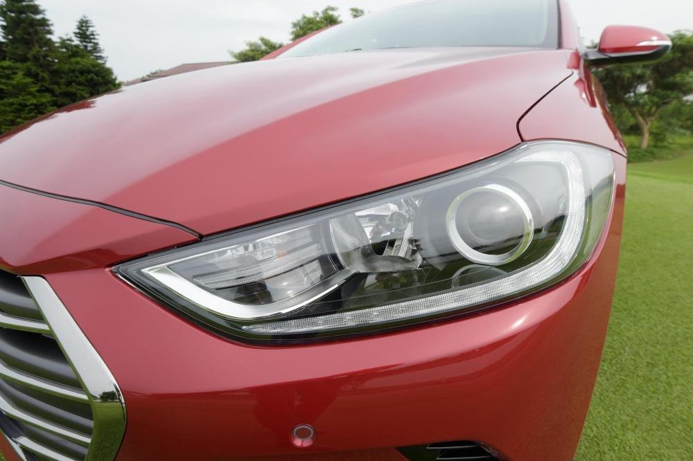 Đèn pha Hyundai Elantra 2017 màu đỏ