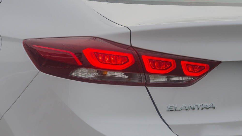 Ảnh chụp đuôi xe Hyundai Elantra 2017 màu trắng