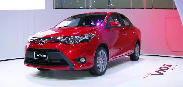 ảnh chụp phía trước của Toyota Vios màu đỏ
