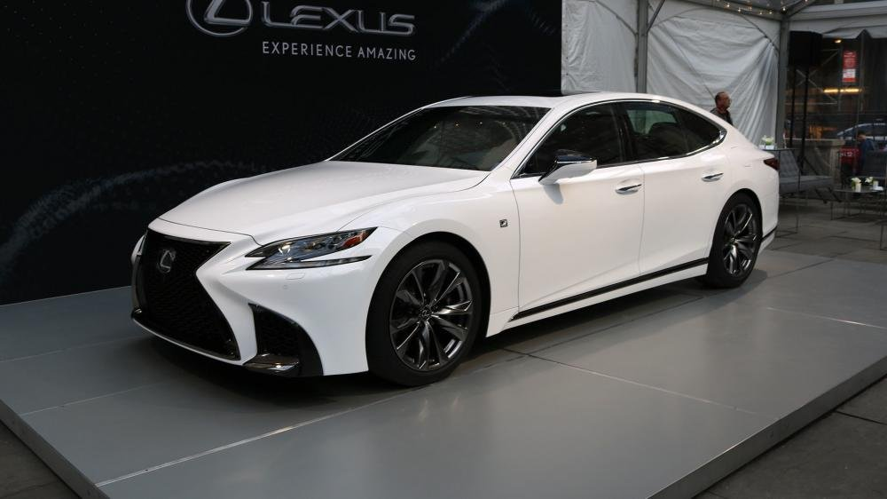 Lexus LS .