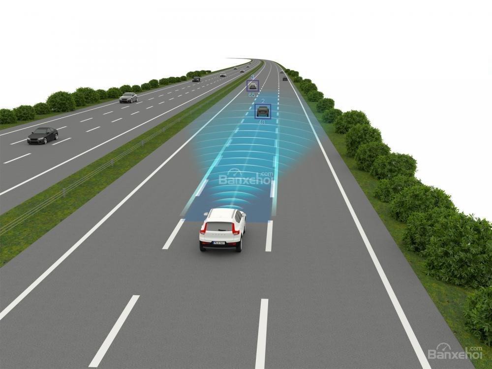 Đánh giá xe Volvo XC40 2018 về công nghệ an toàn: Tính năng phát hiện phương tiện phía trước