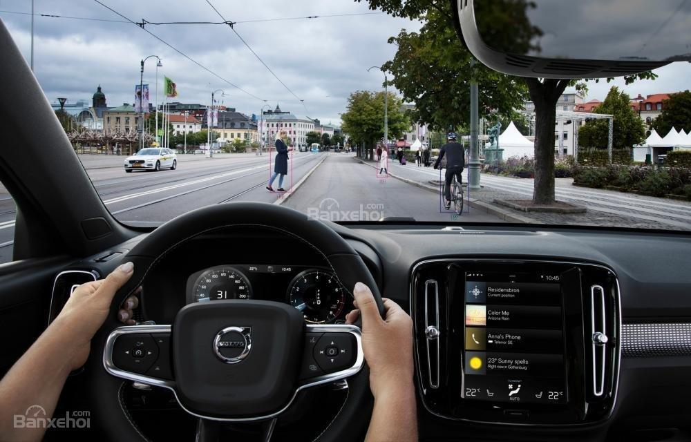 Đánh giá xe Volvo XC40 2018 về công nghệ an toàn: Tính năng phát hiện người đi bộ qua đường