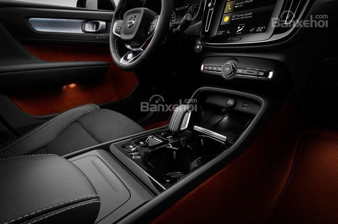 Đánh giá xe Volvo XC40 2018 về bảng điều khiển trung tâm: Cần gạt số nhỏ nhắn