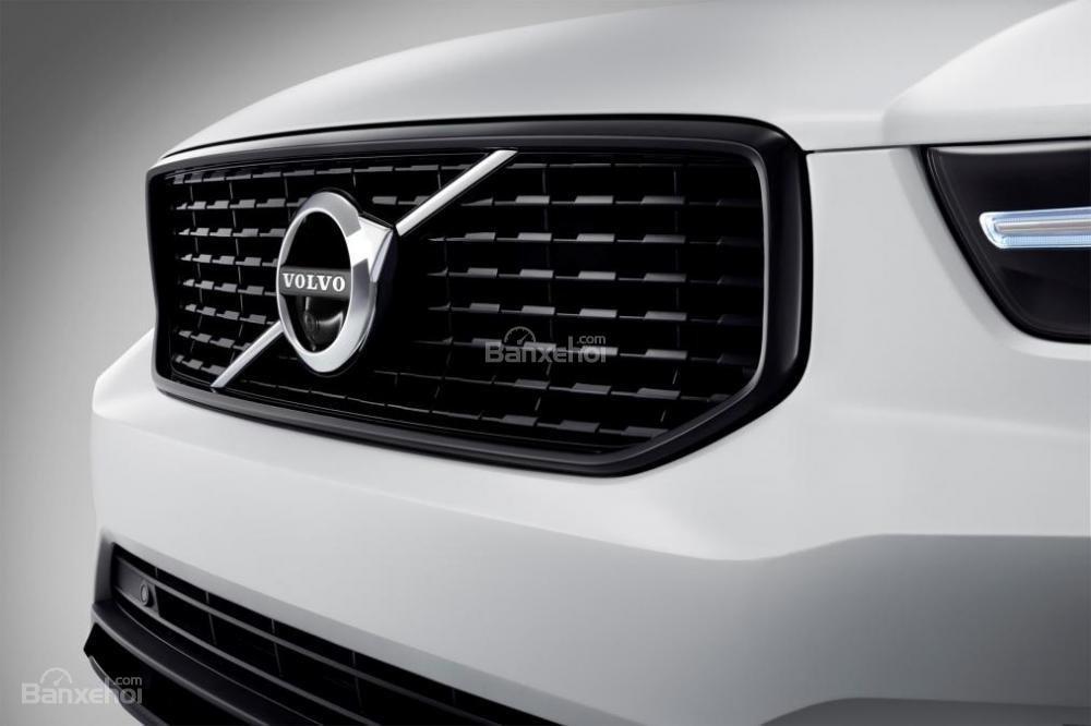 Đánh giá xe Volvo XC40 2018 về thiết kế đầu xe: Lưới vỉ tản nhiệt to bản