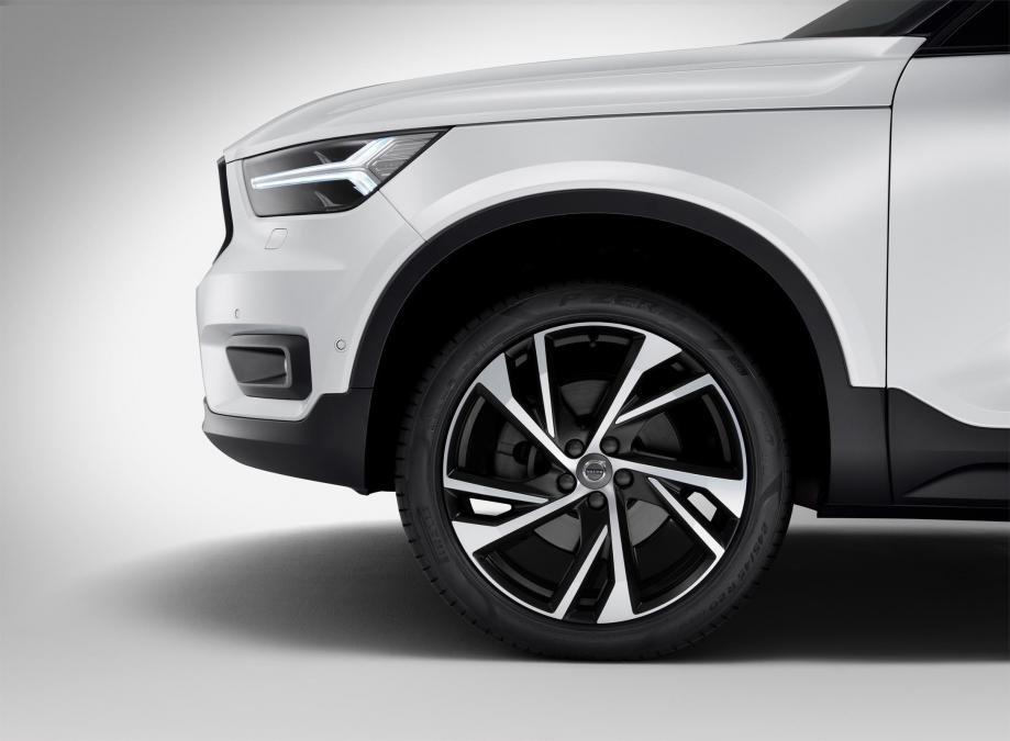 Đánh giá Volvo XC40 2018 về thiết kế thân xe: La-zăng hợp kim 18 inch