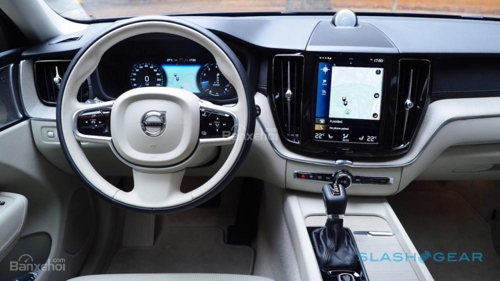 Đánh giá nội thất của Volvo XC40 2018: Vô lăng có 2 tùy chọn về màu sắc (màu trắng)