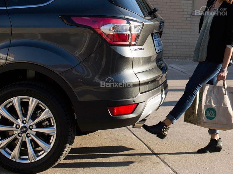 Ford Escape 2017 sẵn có tính năng mở cốp rảnh tay.