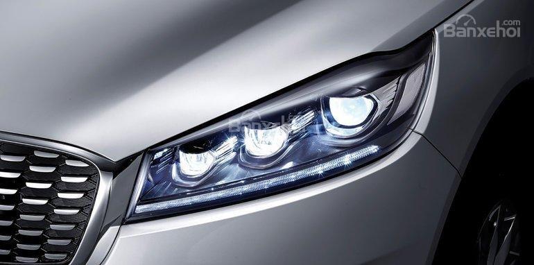 Đánh giá xe Kia Sorento 2018: Đèn pha LED có thiết kế sắc nét.