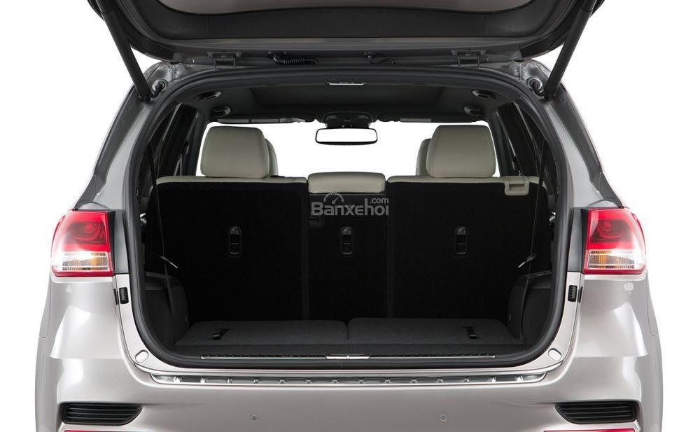 Đánh giá xe Kia Sorento 2018: Diện tích khoang hành lý khá nhỏ.