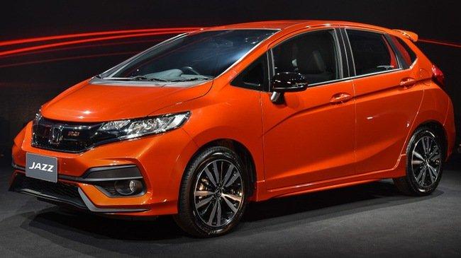 Honda Jazz màu cam chụp từ thân xe