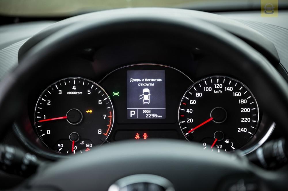 So sánh xe Toyota Corolla Altis 2017 và Kia Cerato 2017 về đồng hồ lái 3