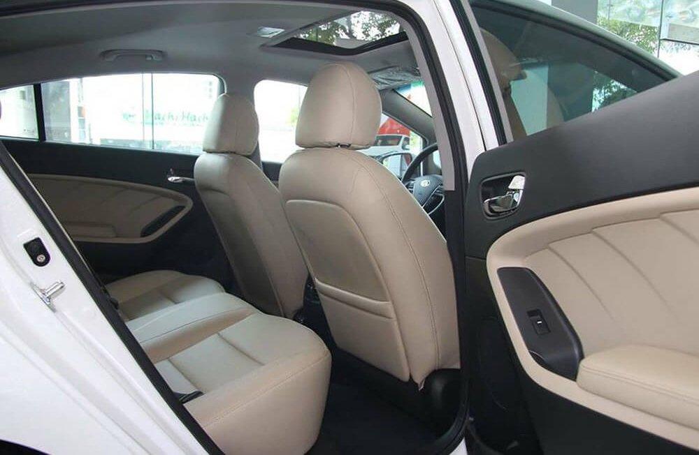 So sánh xe Toyota Corolla Altis 2017 và Kia Cerato 2017 về ghế ngồi 8