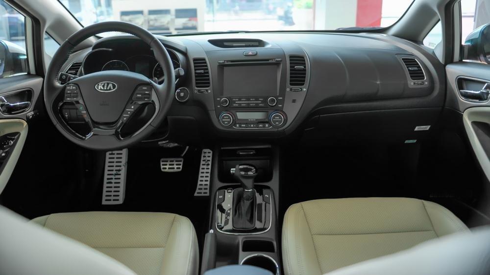 So sánh nội thất xe Toyota Corolla Altis 2017 và Kia Cerato 2017: Xe Nhật mạnh không gian, xe Hàn mạnh nội thất 2