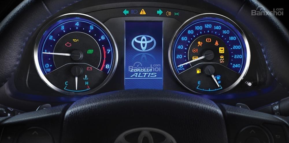 So sánh xe Toyota Corolla Altis 2017 và Kia Cerato 2017 về đồng hồ lái.