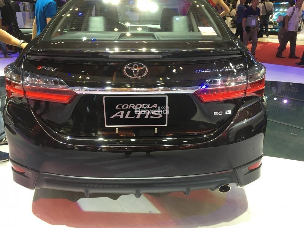 Đánh giá xe Toyota Corolla Altis 2017: Đuôi xe không có nhiều thay đổi.