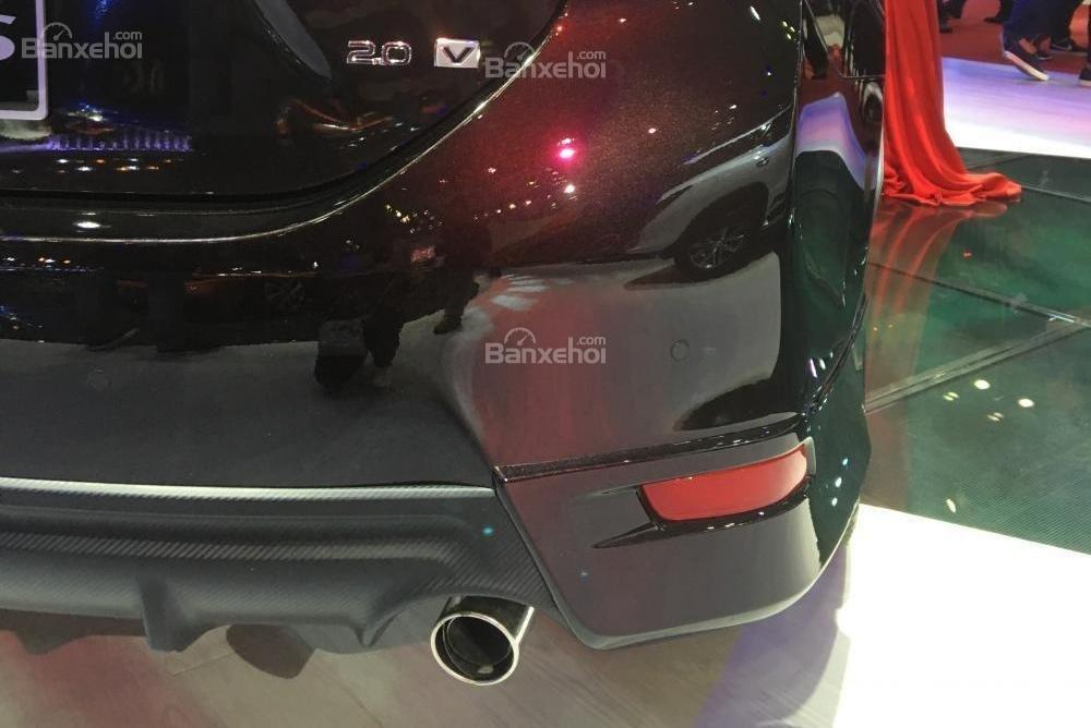 Đánh giá xe Toyota Corolla Altis 2017: Ống xả đơn.