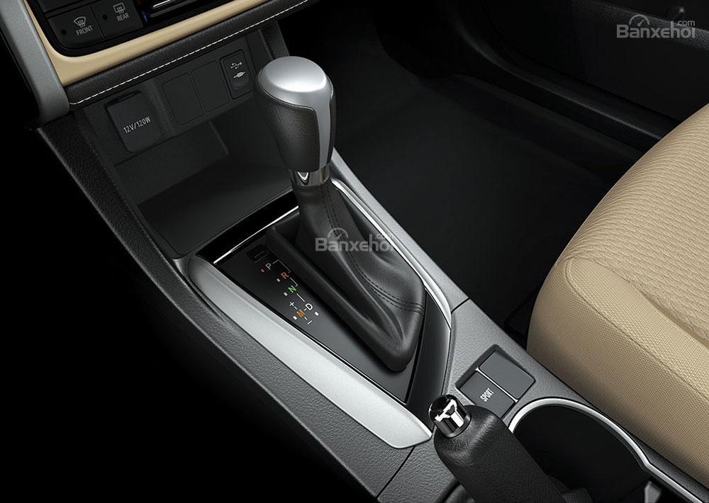 Đánh giá xe Toyota Corolla Altis 2017: Cần gạt số trên xe.