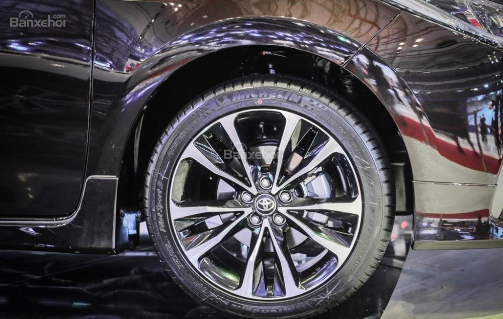 Đánh giá xe Toyota Corolla Altis 2017: Mâm đúc hợp kim.