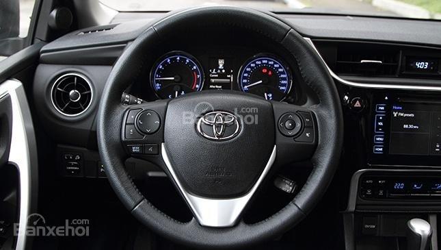 Đánh giá xe Toyota Corolla Altis 2017: Vô lăng bọc da.