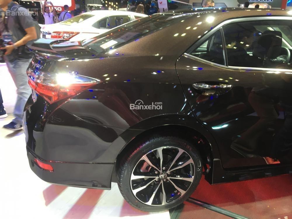 Đánh giá xe Toyota Corolla Altis 2017: Tay nắm cửa thiết kế nổi.